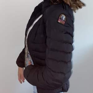 Äkta Superfin parajumper dunjacka, svart som är köp här på plick. Perfekt även på vintern med en hoodie under. Köpare står för frakt
