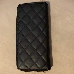 Fin plånbok från glitter, använd men fortfarande i bra skick, många fack!!