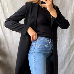 Jättefin svart kappa med kavajstuk från h&m! En perfekt höst/vår jacka, superbra skick och stl 36!