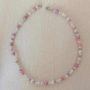 Pärlhalsband gjort av mig med lila vita och rosa pärlor i olika storlekar! Omkretsen är 38 cm, frakt tillkommer på 11 kr💓💓