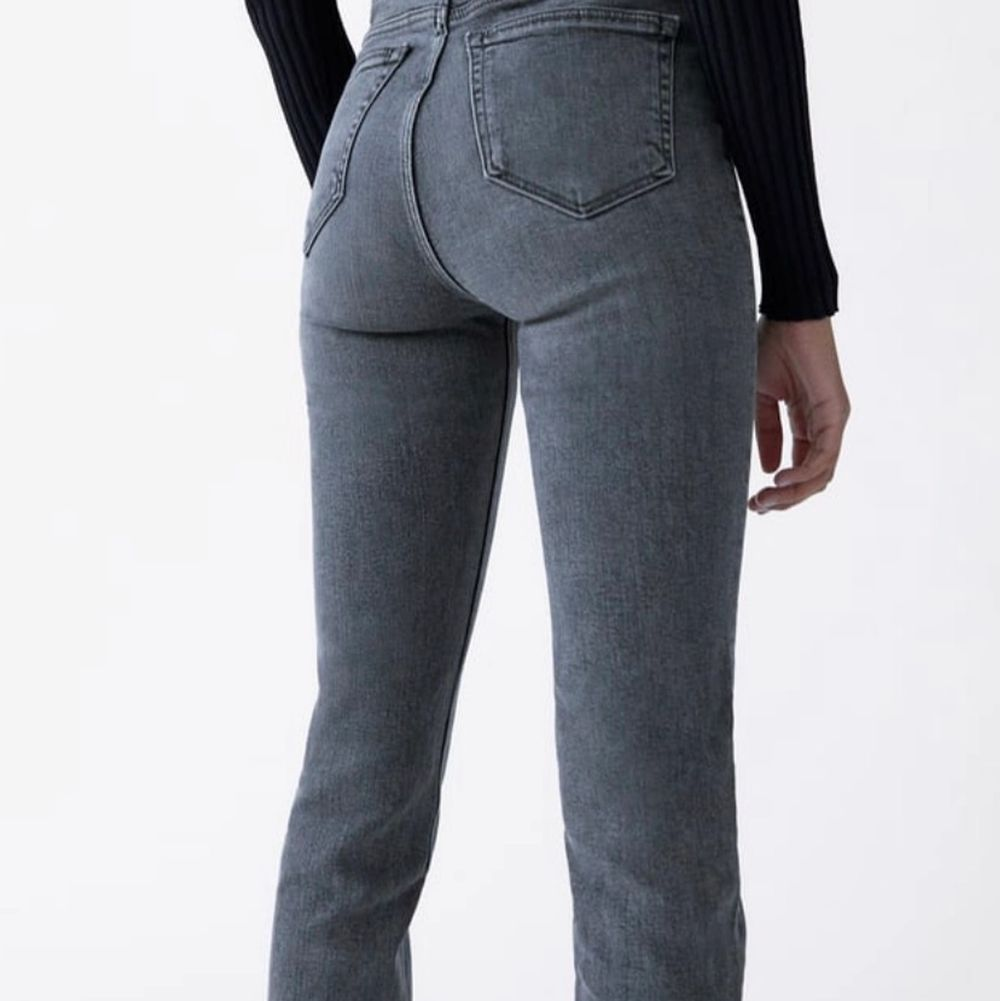 Skitsnygga jeans från Zara med slits från Zara. Säljes då de inte används längre. De är väldigt långa och går ner över skon på mig som är 170.🌟 (lite slitna nertill men inget som syns särkilt mycket)  Köparen står för frakten . Jeans & Byxor.