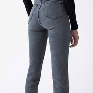 Skitsnygga jeans från Zara med slits från Zara. Säljes då de inte används längre. De är väldigt långa och går ner över skon på mig som är 170.🌟 (lite slitna nertill men inget som syns särkilt mycket)  Köparen står för frakten