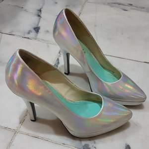 High heel pumps från Divided H&M. Storlek 39. Klackhöjd 12 cm. Holographic metallic unicorn. Finns små skavmärken på skorna men inget man tänker på när man har dem på sig. Hämtas i Linköping eller skickas med posten frakt tillkommer då.