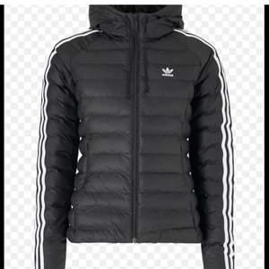 Adidas jacka i nyskick                                                       Köpt för 800kr förra vintern                                         Använd men i mkt bra skick                                          Storlek 36                                                                          Frakt tillkommer                                                                Skriv för frågor eller fler bilder 💗