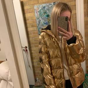 Sååå sjukt fin guldig jacka . Superfint skick, använd 1 vinter. Storlek 170, passar mig perfekt som är 170 lång! Den är väldigt varm, perfekt vinterjacka! Buda privat ❤️
