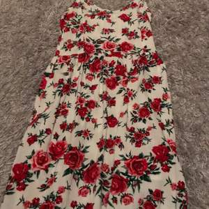 Blommig klänning som är ifrån h&m. Fin är den men inte min stil så jag väljer att sälja den. Bara använt ett fåtal gånger.