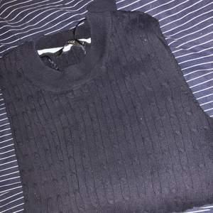 En mörkblå stickad tröja från ginatricot. Är i bra skick fast att den har blivit buren ett par antal gånger. Frakten ingår inte i priset!