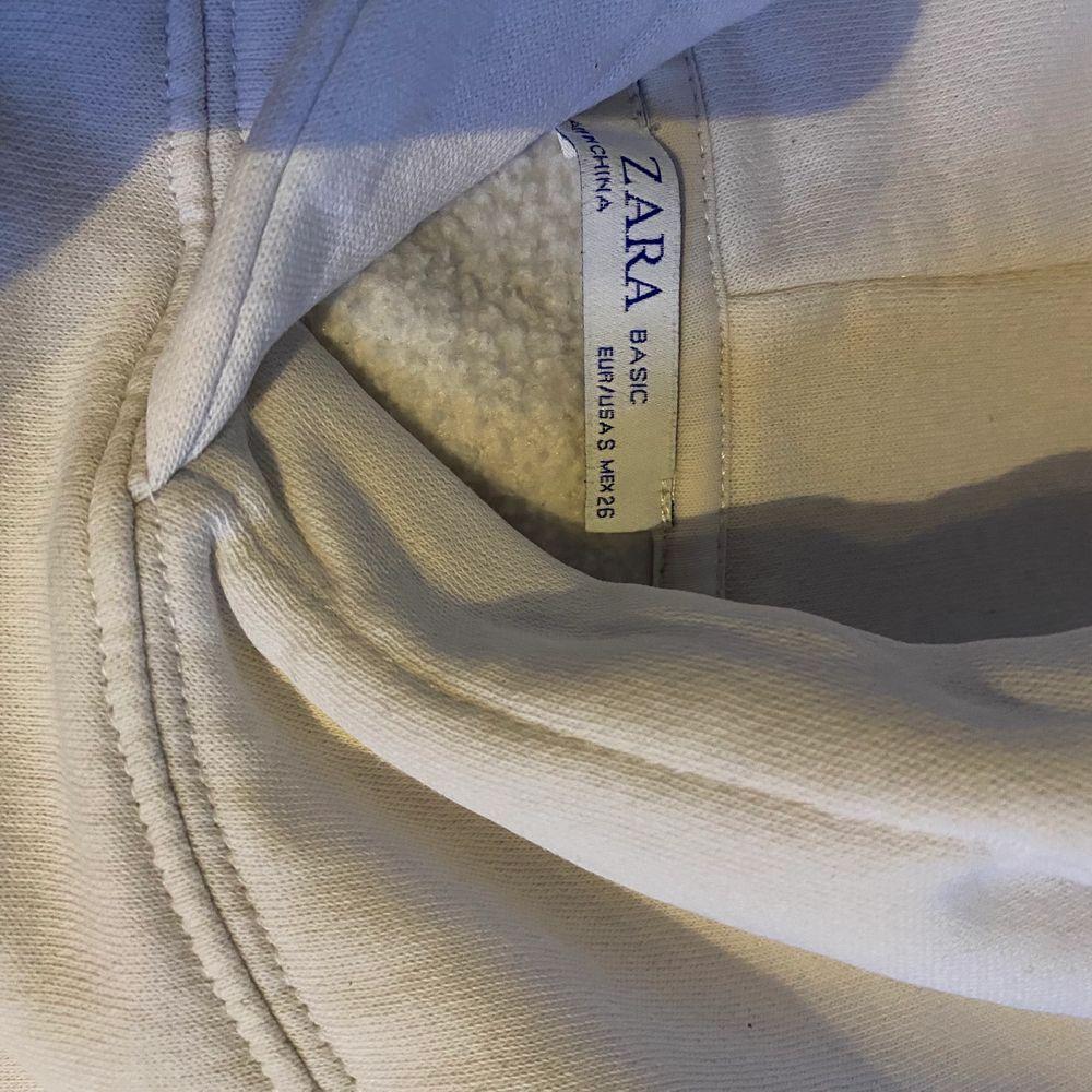As fin hoodie från zara i storlek S. Den är kroppad och i väldigt bra skick. Använd ett fåtal gånger (köparen står för frakten)💞💞. Huvtröjor & Träningströjor.