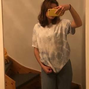 Super cool tie dye T-shirt från weekday. Den är himmelsblå och vit. Aldrig andvänd (frakt tillkommer) 💗