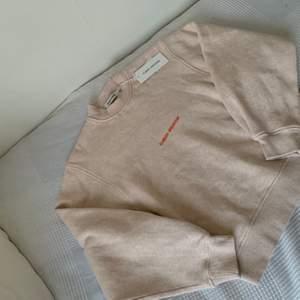 Helt ny, oanvänd. Köpt för 399kr, säljes för 200kr. sjuktsnygg sweatshirt som passar till vinterns mode.