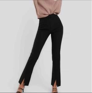 Svarta kostymbyxor med slits framtill i storlek 38. Köpa på NA-KD för 399kr och är inte använda då de är för små. Jag är 173 lång och de passar i längden men är på gränsen till för korta så man kan nog inte vara längre iaf.