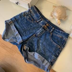 """Säljer dessa jättefina shorts som jag köpte på New Yorker i somras men som tyvärr blivit för små! Använda två gånger. De här i modellen """"push up"""" och sitter jättesnyggt!💫💫 Tar Swish"""