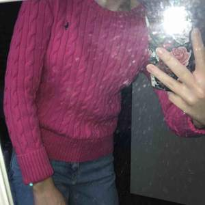 Polo Ralph lauren kabelstickad tröja, rosa, storlek L i barn/xs i vuxen köpt för 699kr