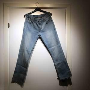 Ett par Levis jeans i modell 511. Storlek: W30L30. Klippta vid byxbenen. Aldrig använda!