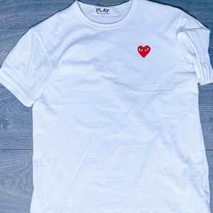 CDG-tshirt i storlek L. Plagget är i nyskick och säljes pga brist på användning. Fynd!!!
