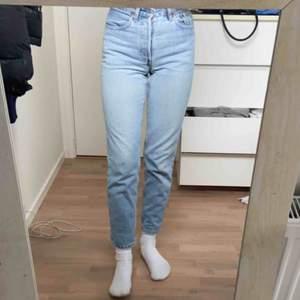 Säljer dessa as snygga ljusblåa Levis jeans i storlek 27x30. Säljer då jag tycker dom blivit aningen korta för min smak och här är 172 cm. Dom är i fint skick.