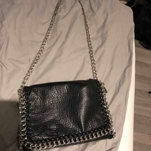 Tiamo pricilla väska från Scorett, den stora modellen! En fin väska som jag tyckt om mycket men denna kommer inte till användning längre. Fint skick! Nypris: 500 kr Kan mötas upp i Norrtälje eller fraktas men köparen står för frakten!☺️ Frakt- 60 kr