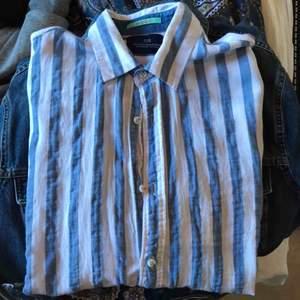Blå och vitrandig linneskjorta från scotch & soda. Mycket bra skick för att vara använd.  Köpare står för frakt på 59kr :)