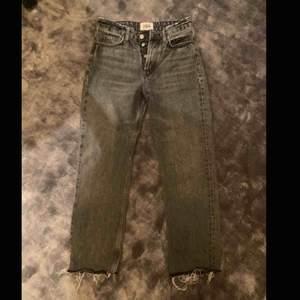 Jättefina gråa jeans i tvättad look, från zara. Bra skick.