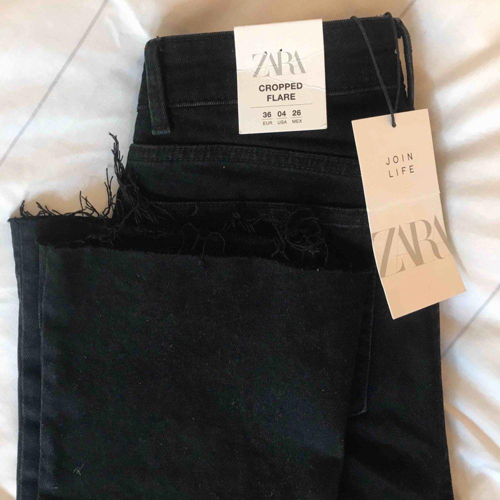 Svarta Cropped Flare Jeans från Zara🖤 Har endast testat de så de är nya! Innerbenslängden är 68cm🥰 . Jeans & Byxor.