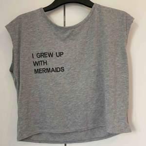 """Tröja från H&M """"I GREW UP WITH MERMAIDS"""" och bara används några gånger men annars bra skick Köpare står för frakten💜"""