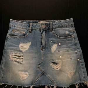 Världens finaste jeanskjol från zara barn med pärlor. Säljes pga för liten😅