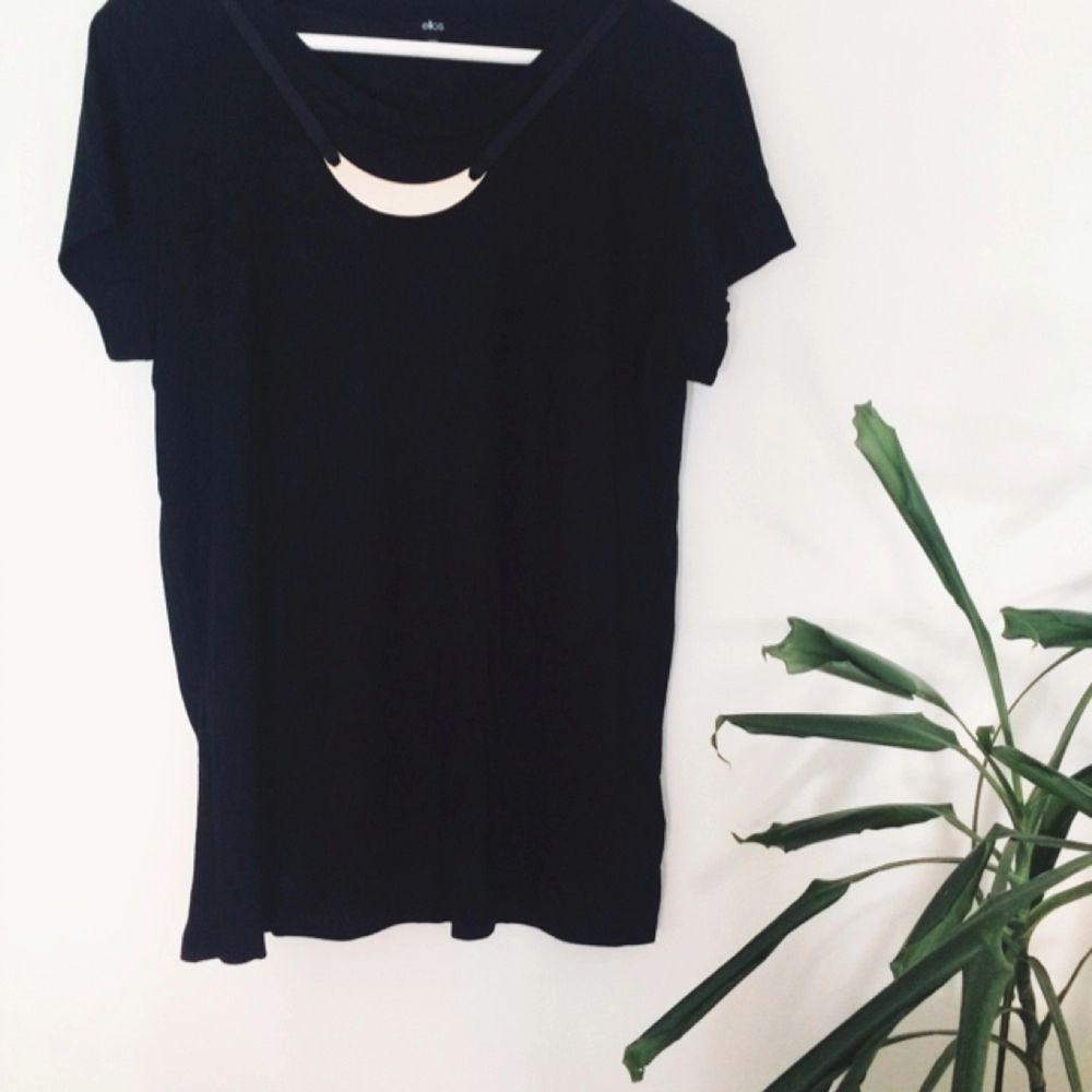 Helt ny, aldrig använd t-shirt i jätteskönt material med ett