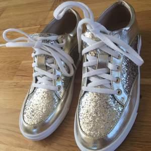 Glittriga skor som aldrig är använda!!