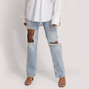 Säljer mina gamla mango jeans som nu är slutsålda på hemsidan. De är i storlek 36 och säljer pga de ej passar längre. De är lite korta för mig som är 167 om man skulle vilja att de går ner över skorna. Köpte för 549kr och säljer för 200kr ex. frakt.