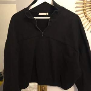 En svart zip hoodie (?) från weekday. Super snygg och skön. Använd några få gånger. Frakt tillkommer, det står pris längre ner i posten.