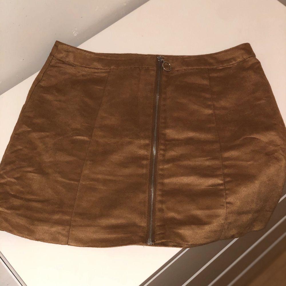 1-Jeans kjol storlek L  150 kr    2- brun kjol i mjuk material storlek 42  kan även passa dig med storlek 40.  100kr  . Kjolar.