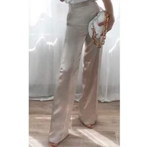 de finaste beiga satin byxorna från zara! Modellen på första bilden är 168cm<33 bud från 350!
