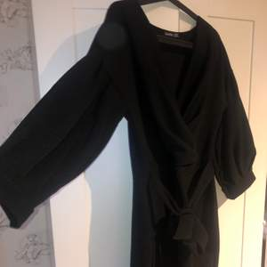 Säljer denna svarta jätte sköna klänningen ifrån BooHoo. Det är ganska tjockt material så den är varm och skön, den har ett snöre vid midjan så man kan få fram sina former fint☺️💖 säljer för att den inte kommer till använding