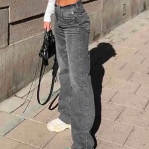 Säljer helt nya zara jeans i modellen 90's full lenght men lappar kvar!🥰 säljer de då dom var för stora för mig som vanligtvis brukar ha 36 elr mindre💞om flera är intresserade blir det budgivning!
