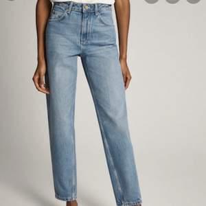 Super coola boyfriend jeans från massimo dutti, inte exakt de som är på bilden då de är slutsålda men liknande🥰✨