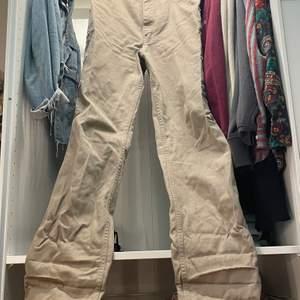 Beiga raka vintage jeans, köpta på beyond retro. Bra skick