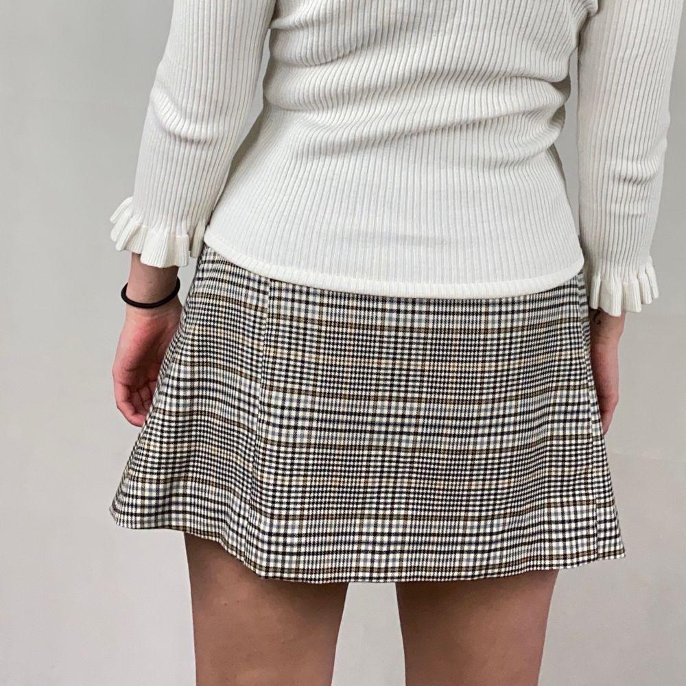 En helt unik kjol som är egensydd. Säljer då det råkade bli för stor storlek. Måttet rakt över midjan är  43cm. Längden är 38cm. Kjolen har ett underlager. I toppenskick. Skräpet går att knyta tajt så den passar även S-M. SafePay knappen är aktiverad så det går att köpa direkt utan att behöva meddela! Tar annars swish! Spårbar frakt på 66kr är inräknad i priset och SafePay tar 10% av betalningen. Tyvärr kostar det lite extra då jag alltid kommer skicka spårbart och ta safepay för bådas säkerhet.. Kjolar.