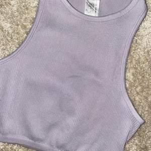 Här är ett jättesött lila linne från zara, säljer då jag har flera liknande toppar💕💕 Hör av er om ni är interreserade