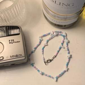 handgjorda halsband med syntetisk ädelsten🦋 finns i flera färger! skicka dm för att bestämma mått och färger!
