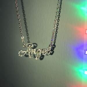 """Guldigt (fake) halsband med diamanter från ASOS med texten """"Angel"""" , helt oanvänt! 💕  pris kan diskuteras☺️☺️"""
