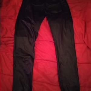 Ett par svarta i storlek L .färg svarta .. Frakt 66 kr spårbart...