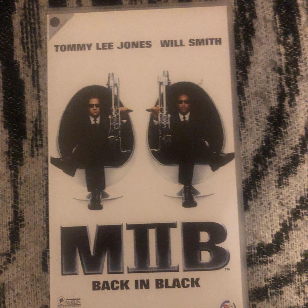 Men in black VHS film. I fint skick, har bonusmaterial. Betalar sker via swish och poster efter mottagande betalning, skickar även bild om inte spårbar frakt.. Övrigt.