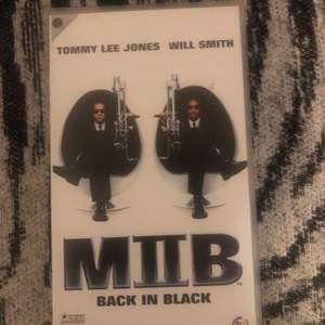 Men in black VHS film. I fint skick, har bonusmaterial. Betalar sker via swish och poster efter mottagande betalning, skickar även bild om inte spårbar frakt.