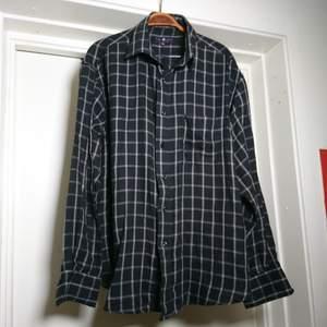 Svart och grå rutig skjorta i mjukt material. Funkar toppen som oversize! Några noppror på något ställe, se sista bilden, men inget som stör🌼