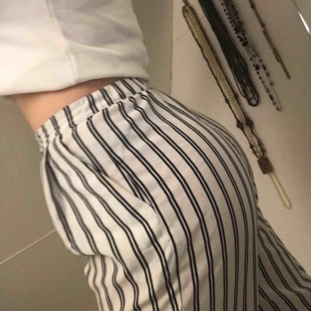 Superfina byxor köpta på monki i Stockholm! Står inte storlek men passar mig som vanligtvis är s-m! Använda fåtal gånger så i bra skick! Pris kan diskuteras! Frakt står köpare för 💞. Jeans & Byxor.