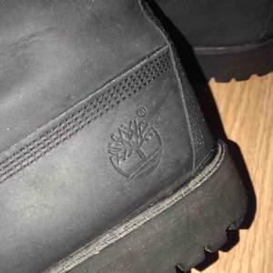 Säljer mina svarta Timberland skor för 500kr. Haft dem i ett halv år. De är i bra skick och frakt ingår!