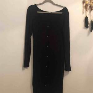 Ribbad svart långärmad klänning från Asos, använd en gång och självklart tvättat! Det är st.40 men skulle tro att den sitter fint på en 42a också ☺️ frakt ingår!
