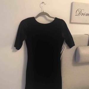 Svart kort velvet klänning från Vero Moda, passar perfekt till utekvällar. Eftersom jag är en lång jävel så blir den alldeles för kort på mig tyvärr😕 frakt ingår!💕