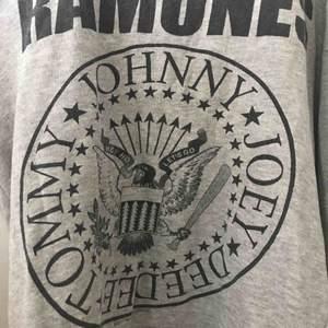 """Grå tröja med """"Ramones"""" tryck. Säljer pga att de inte kom till användning, bra skick. Frakt tillkommer!"""