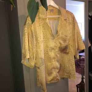 Stor skjorta i löst o skönt material! Knappt använd. Totalpris: 250 inkl frakt.